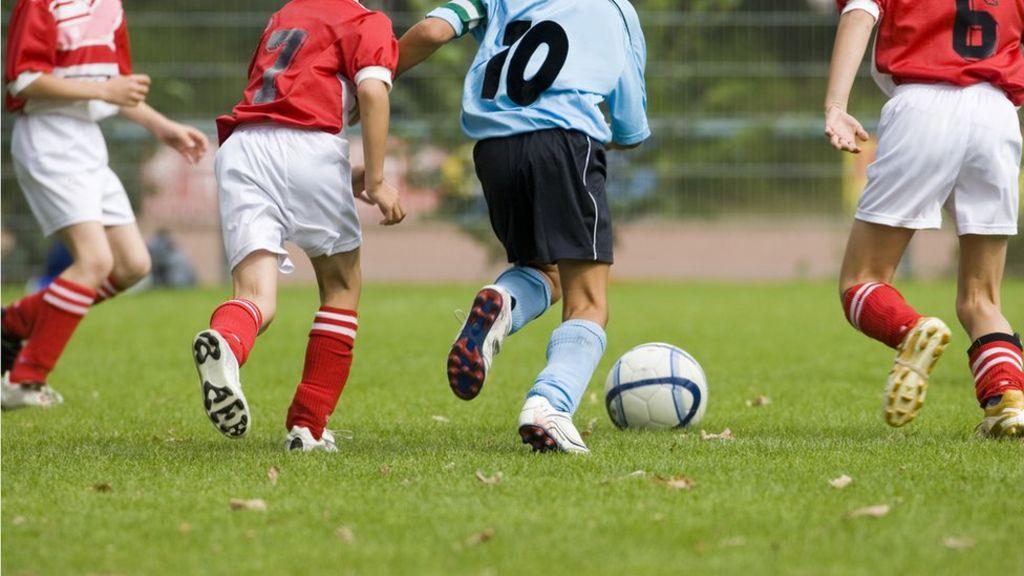 vaikai meta futbolą